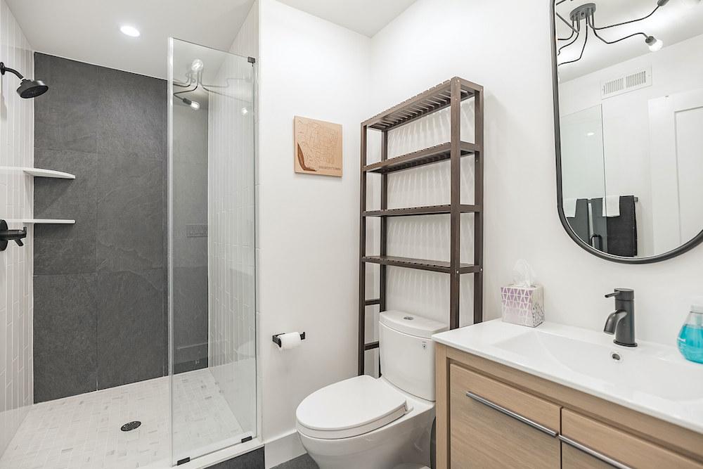 villa-de-francis-1802-francis-street-bathroom-2